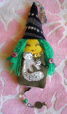 Witch with White Cat - Tiny Softie Halloween Arts And Crafts, Wiccan Crafts, Mermaid Dolls, Tiny Dolls, Fabric Dolls, Cat Fabric, Fabric Jewelry, Doll Face, Doll Patterns