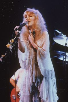 """stevie nicks on the mirage tour was art"" Pretty People, Beautiful People, Stevie Nicks Fleetwood Mac, Stevie Nicks Witch, Stevie Nicks Young, Look Vintage, Young And Beautiful, Vintage Photographs, 70s Fashion"