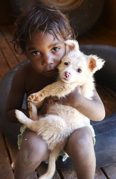 Gorgeous little pair living a traditional Aboriginal life - Australian Geographic Aboriginal People, Aboriginal Art, Aboriginal Children, Precious Children, Beautiful Children, First Nations, Little People, People Around The World, Cute Kids