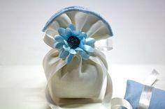#Bomboniera a sacchettino con nastro bianco e #fiore celeste.