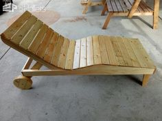 Body-contoured Pallet Chaise Lounger DIY Pallet Furniture Lounges & Garden Sets Pallet Furniture Lounge, Pallet Lounger, Pallet Chair, Pallet Walls, Pool Furniture, Diy Outdoor Furniture, Diy Chair, Pallet Tv, Pallet Ideas
