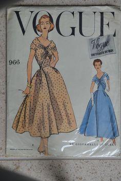 Vintage Vogue Couturier Design Sewing Pattern 996 Size 14 Bust 34