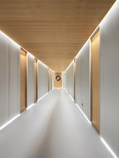 hotel corridor Entourage Clinic - Picture gallery More - Design Hall, Design Entrée, Flur Design, Plafond Design, Design Ideas, Clinic Interior Design, Lobby Interior, Clinic Design, Dental Office Design