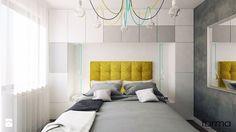 SYPIALNIA - Mała sypialnia małżeńska z balkonem / tarasem, styl minimalistyczny - zdjęcie od FORMA - Pracownia Architektury Wnętrz i Krajobrazu