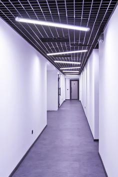 O toque de modernidade que a Luminária Hummer deu nesse corredor é incrível! Além de iluminar super bem essa luminária também é super decorativa, aqui elas estão posicionadas na diagonal, causando um efeito assimétrico em todo o corredor, legal né?