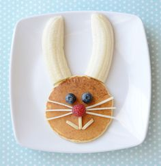 Pancake bunny head with banana ears, blueberry eyes, raspberry nose, slivered-almond mouth and apple whiskers. Breakfast Pancakes, Breakfast For Kids, Cute Breakfast Ideas, Pancakes Kids, Food Art Pancakes, Breakfast Casserole, Breakfast Recipes, Breakfast Healthy, Brunch Recipes