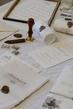 Ich liebe Kalligrafie! Das sieht so wunderschön aus und es hat diesen Effekt, dass man das Gefühl hat, man hält etwas ganz Wertvolles in den Händen. Wenn ich euch etwas für eure Hochzeit anfertigen soll, schreibt mir gerne! <3  annamariakoy.com  Foto von der LOVE.Hamburg 2017 #anmakoyphotography #calligraphy #kalligrafie #hochzeitseinladung #hochzeit2018