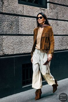 Milan Street Style Is the Most Fun You'll Have at Fashion Week Milan Fashion Week Street Style, Autumn Street Style, Cool Street Fashion, Street Chic, Fringe Leather Jacket, Suede Jacket, Couture, Mode Style, Neue Trends
