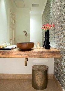 Bancada rústica, pia cobre, espelho, papel de parede geométrico