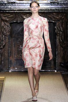 Guarda la sfilata di moda Valentino a Parigi e scopri la collezione di abiti e accessori per la stagione Alta Moda Primavera Estate 2012.