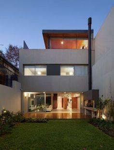 La vivienda unifamiliar se encuentra ubicada en el barrio de Palermo de la Ciudad de Buenos Aires. Se proyectó y construyó durante los años 2009 / 2010 par
