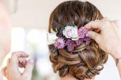 Blumen spiegeln das Farbkonzept der Hochzeit wider und sind einfach besonders individuell und romantisch Braut Make-up, Fashion, Hair Ornaments, Wedding Pie Table, Long Hair, Simple, Nice Asses, Fairy, Moda