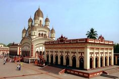 Kalighat Temple is 200 years old and is dedicated to Goddess Kali. The Kalighat was located on the banks of the River Hooghly in the beautiful city of Kolkata. Read more for history, timings and best time to visit Kalighat Kali Temple. Kali Mandir, Indian Architecture, Temple Architecture, Hindu Temple, Temple India, Indian Temple, India Tour, West Bengal, Tourist Places