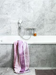 badkar och badrumsväggar i carraramarmor