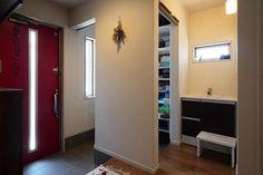 ナチュラルモダンな家の玄関の隣には家族用玄関シューズクローゼットがあります この家族用玄関には家族のライフスタイルに合わせて変化できる可動棚の収納があり入り口はロールスクリーンでクローズできるようにしました . 普段の生活では家族用玄関の使用が多くなるのでロールスクリーンを開けたままで来客時にロールスクリーンを下げればOK . ベビーカーも畳まずそのまま置けますし棚としても使えるスツールもあるので座って靴を履くことも可能です 今は家族用玄関横にある手洗い用のステップとしても使われているようです