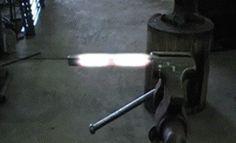 Ferro sendo moldado.