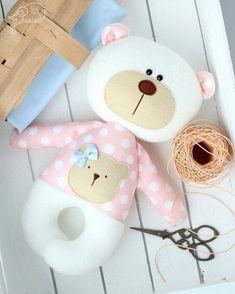 Nenhuma descrição de foto disponível. Sock Toys, Felt Toys, Baby Crafts, Felt Crafts, Baby Toys, Kids Toys, Fabric Toys, Paper Toys, Baby Pillows