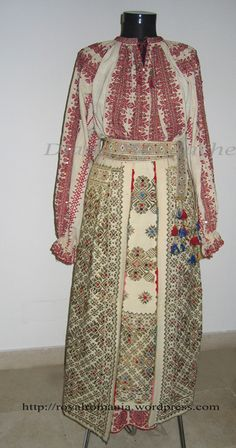 Romanian traditional costume of Helen, Queen-Mother of Romania - Romanian Royal Family collection Mega Fashion, Royal Fashion, Folk Costume, Costumes, Romanian Royal Family, Trendy Outfits, Fashion Outfits, Folk Embroidery, Embroidery Patterns