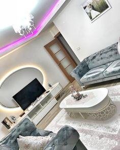 Mavi ve pembenin hem huzur veren, hem de sıcak hissi. İnce detaylara sahip oval mobilyaların zerafeti.. Ezginur hanımın salonu hem tatlı, hem de şık. Oval ve yuvarlak mobilyalar, ortamın çehresini yumuşatmada çok başarılı. Yemek masası, orta sehpası ve tv ünitesinde bu çizgilere yer vermiş ev sahibi... Living Room Decor Curtains, Mediterranean Home Decor, Home Room Design, House Rooms, Luxury Living, Furniture, Living Room, Home Furnishings, Arredamento