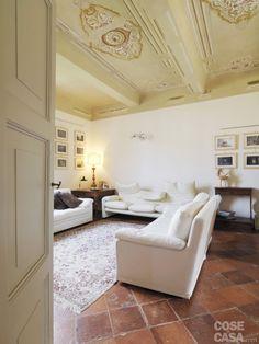 Nella zona conversazione due imbottiti gemelli, sistemati uno di fronte all'altro, sono accostati al modello Maralunga di Cassina, con rivestimento coordinato e poggiatesta indipendenti ribaltabili. Nell'angolo, sopra il tavolino quadrato, lampada d'epoca con stelo in legno dorato e luce da studio in ottone e vetro; a parete, applique Faridue di Cini&Nils. Luxury Real Estate, Oversized Mirror, Sweet Home, Gallery Wall, House Design, Flooring, Interior Design, Furniture, Maria Carla