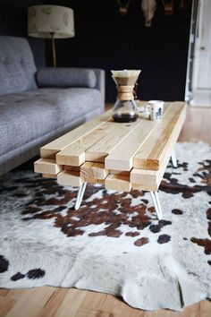 DIY WOODEN COFFEE TABLE: A good coffee table is very important in any home! You can take your guests to the living room, the center of which can this wooden coffee table. It's so beautiful, it can start a conversation! Diy Furniture Projects, Wood Projects, Home Furniture, Furniture Design, Modular Furniture, Industrial Furniture, Wooden Furniture, Table Furniture, Luxury Furniture