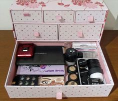 11 DIY Homemade Makeup Box Ideas DIY make up and jewelry storage projects this problem is no more an insoluble issue.You can create many products out of the useless things around you, to buil Makeup Storage For Small Spaces, Make Up Storage, Diy Storage, Storage Ideas, Storage Trunk, Storage Drawers, Box Creative, Creative Makeup, Creative Storage