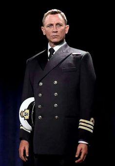 Daniel Craig as Commander Bond James Bond Actors, James Bond Movie Posters, James Bond Movies, Estilo James Bond, James Bond Style, Craig Bond, Daniel Craig James Bond, Rachel Weisz, Casino Royale