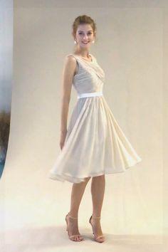 Nous recommandons cette robe de cocktail gris champagne pour votre soirée de mariage car la jupe évasée en ligne A est polyvalente pour toutes les morphologies. Le haut est entièrement drapé pour lui donner un sens formel.