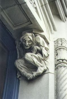 Creepy hidden Witch frozen in stone in the doorway haha Ricardo Iii, Gothic Gargoyles, Turn To Stone, Templer, Ange Demon, Baba Yaga, Green Man, Stone Carving, Sculpture Art