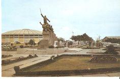 Monumento al General Eloy Alfaro (al fondo Coliseo de Deportes: Voltaire Paladines Polo) - Ambos sitios ubicado en el inicio de la Avenida de las Américas. Tarjeta Postal sin fecha    GUAYAQUIL   Fotografías antiguas II - Page 86 - SkyscraperCity