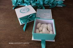 Casamento Ana e Rômulo: Caixinha em off-white e azul tiffany com amêndoas