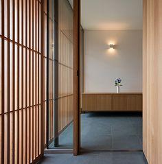 玄関 Brownie p. Modern Japanese Interior, Japanese Modern House, Modern Wooden House, Japanese Style, Japanese Bar, Modern Interior, Japanese Buildings, Japanese Architecture, Modern Architecture