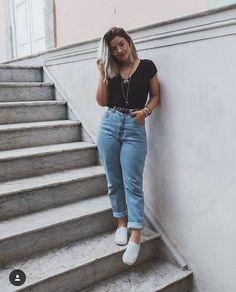 Look com calça mom jeans - Mom Jeans - Ideas of Mom Jeans - Look com calça mom jeans tshirt preta e tênis. [looks femininos] [moda feminina] [look com calça jeans] [mom jeans] Outfit Jeans, Mom Jeans Outfit Summer, Black Mom Jeans Outfit, Mom Jeans Style, Jean Outfits, Casual Outfits, Cute Outfits, Winter Outfits, Mon Jeans