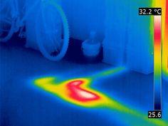 fuga de agua en una tubería de calefacción, con una cámara termográfica se aprecia sin ningún tipo de molestia. Sin esta tecnología habría que realizar catas.