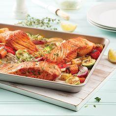 Rapide à préparer et léger, ce saumon à l'érable sur la plaque est parfait pour les soirées pressées de semaine. Pizza Legume, Confort Food, Couscous, Sheet Pan, Slow Cooker, Salmon, Food And Drink, Turkey, Health Fitness
