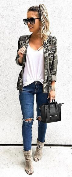 black oversize sunglasses, white scoop-neck shirt, gray jacket, distressed blue skinny jeans, and gray peep-toe suede booties with black leather handbag outfit Preppy Outfits, Cute Outfits, Fashion Outfits, Womens Fashion, Fashion Trends, Fashion News, Fashion Check, Latest Fashion, Fall Winter Outfits