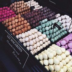 Imagem de food, macarons, and macaroons Tumblr Food, Food Goals, Aesthetic Food, Food Cravings, I Love Food, Food Inspiration, Sweet Recipes, Donuts, Food Photography