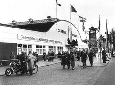 """1957. V """"Oude RAI"""" at the Ferdinand Bolstraat in Amsterdam-Zuid 1975 afgebroken. Houten vloer. altijd splinters tijdens het sporten daar"""
