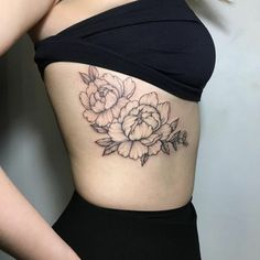 tattoo signification, pivoines tatouées à la côte, tatouage femme symbolique