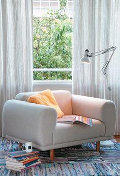 Pode parecer óbvio, mas uma boa e bela poltrona pode ser uma solução e tanto para o décor da sua casa. Além de unir conforto e design, essa peça clássica aparece hoje como alternativa aos sofás gra…