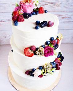 Свадебный торт с живыми цветами и ягодами. Внутри под сливочным крем-чизом на каждом ярусе скрываются шоколадные коржи, приготовленные на бельгийском какао. Между коржами обильное количество свежих ягод. Автор instagram.com/abakery_spb