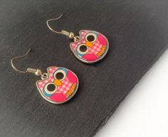 Cute pink owl earrings, perfect for anyone on your gift list. The perfectly cute gift for a teenager, your best friend, an owl lover, maybe a Brownie leader or even to treat yourself. Handbag Accessories, Jewelry Accessories, Personalised Keyrings, Bird Earrings, Little Owl, Hedwig, Pink Owl, Sensitive Ears, Snowy Owl