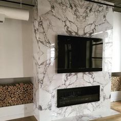 Most current Images Fireplace Remodel marble Strategies – Rebel Without Applause Tiled Fireplace Wall, Fireplace Feature Wall, Tv Feature Wall, Feature Wall Living Room, Linear Fireplace, Home Fireplace, Marble Fireplaces, Fireplace Remodel, Modern Fireplace