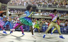 Integrantes da comissão de frente da Mocidade saltam durante coreografia
