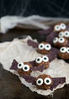 Make Healthy Halloween treats for your kids so that they do not overdose on sugar. Here are best Non Candy Halloween Classroom Treats for kids & preschooler Halloween Snacks For Kids, Halloween Treats For Kids, Halloween Food For Party, Scary Halloween, Halloween Foods, Halloween Ideas, Halloween Cookies, Halloween Tisch, Chelsea's Messy Apron