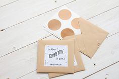 16 Gros Confettis de couleur cuivre à coller partout ! Idéal pour décorer un mur ou un meuble.  Emballage en papier kraft recyclé. L'intégralité de cet article est fabriqué en France (confettis, emballage, étiquette)  Ronds en vinylle de 5 cm de diamètre