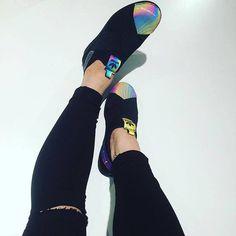 Adidas Superstar známe už od roku 1969. Od té doby byly obohaceny o spousty nových detailů a teď se oblíbený design s krytou špičkou vrací v podobě bez tkaniček, s elastickými pásky a neoprenovým svrškem a rovnou v kolekci Space Shifter by Rita Ora s duhovými detaily jak z vesmíru. Co vy na ně?