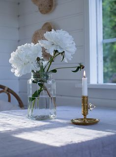 Sommarbacka.fi White Decor, White Flowers, Painted Furniture, Glass Vase, Table Decorations, Lifestyle, Interior, Florals, Farmhouse
