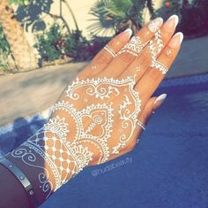 Love henna @hennasign #hudabeauty A video posted by Huda | Diese 26 Henna-Motive sind die perfekte Alternative zu permanenten Tattoos | POPSUGAR Deutschland