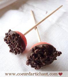 Brochette fraise Tagada et chocolat pétillant, par Coeur d'artichaut